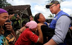 Wagub Andika Hazrumy Bantu Evakuasi Warga Korban Banjir Bandang Yang Terisolir di Lebak