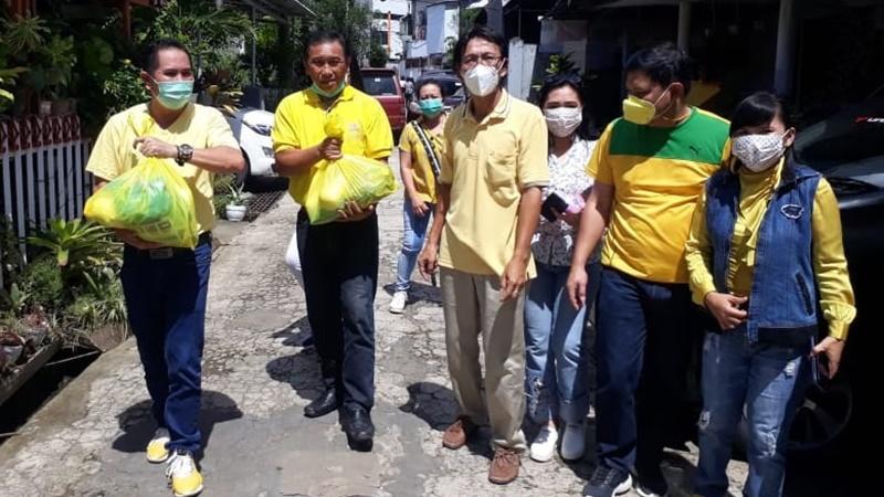 Adrie Kamasi Pimpin Golkar Minahasa Salurkan Bantuan Untuk Warga Korban Banjir Kota Manado