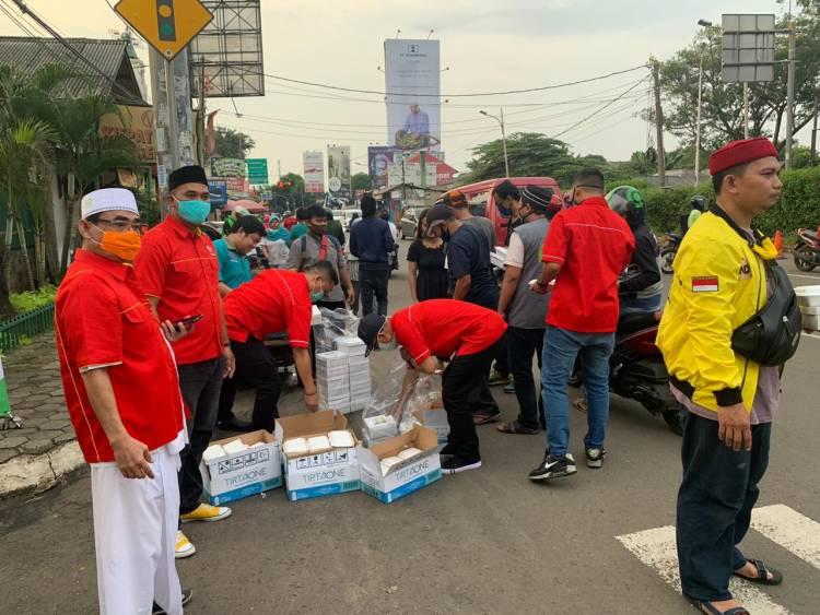 SOKSI dan Golkar Tangsel Bagikan Ribuan Takjil Kepada Para Pengendara di Ciputat