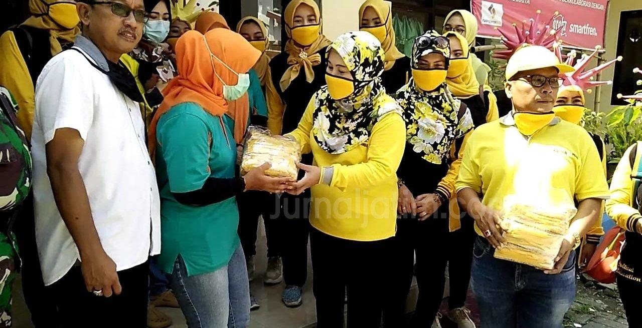 Cara Unik Kader Golkar Jombang Bagikan Ratusan Masker Kain Sambil Pakai Helm Corona