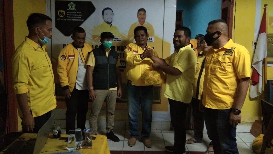 HUT Ke-56 Golkar, LM Inarto Bagikan Sembako ke Kader dan Simpatisan Partai di Kota Kendari