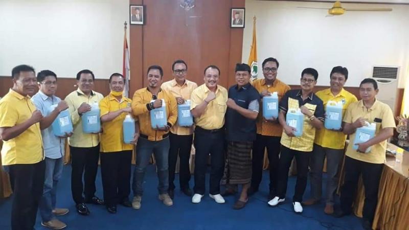 Tangkal Wabah Corona, Golkar Bali Bagikan 550 Liter Hand Sanitizer