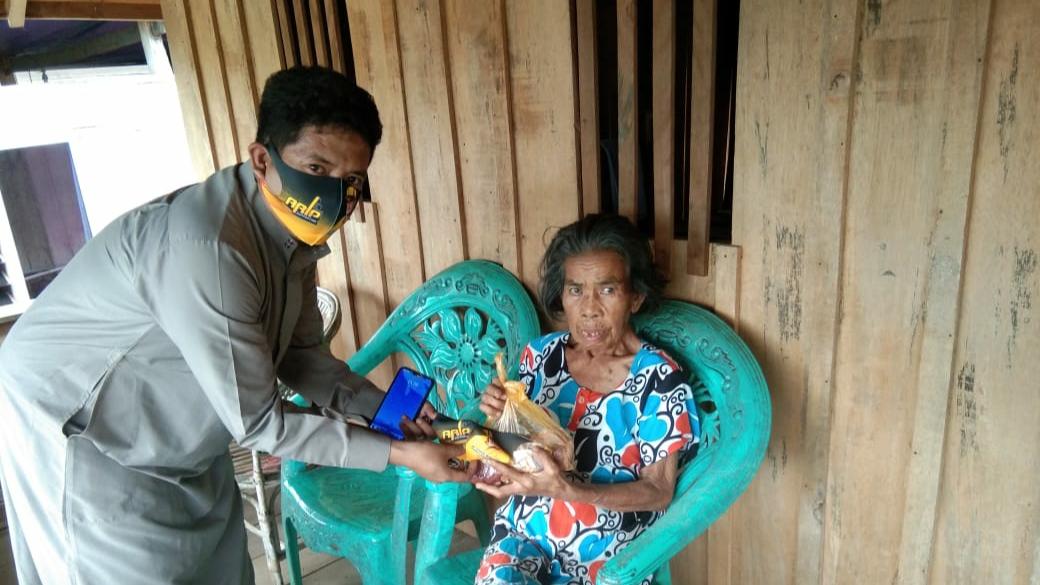 Andi Rio Idris Padjalangi Bagikan Daging Kurban Bagi Masyarakat Bone Terdampak COVID-19