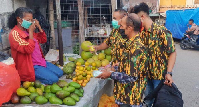 Cegah COVID-19, AMPG NTT Bagikan Masker dan Vitamin C di Pasar Kasih Naikoten Kupang