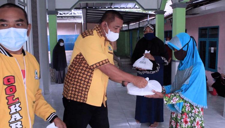 Peringati HUT RI Ke-76, Golkar Kota Banjar Berbagi Beras Untuk Ringankan Beban Warga