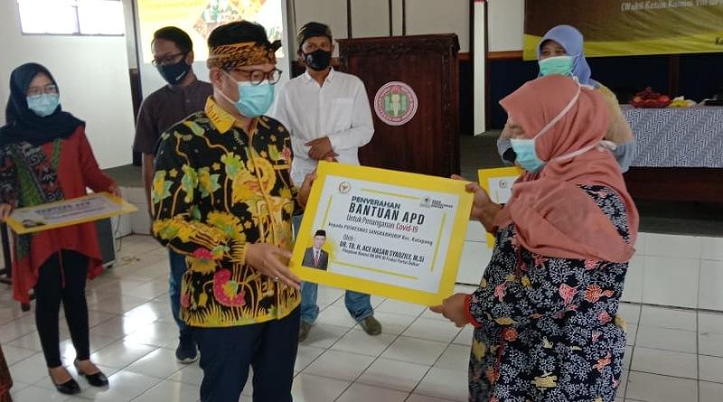 Ace Hasan Bagikan Puluhan APD dan Ribuan Masker Untuk Tenaga Medis di Puskesmas Katapang