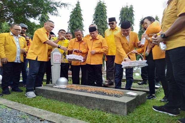 HUT Ke-60, Roem Kono Pimpin Ormas MKGR Ziarah ke Makam Pendiri dan Presiden BJ Habibie