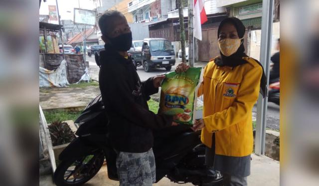 Golkar Riau Bagikan 300 Karung Beras Untuk Warga Kota Pekanbaru Terdampak Pandemi