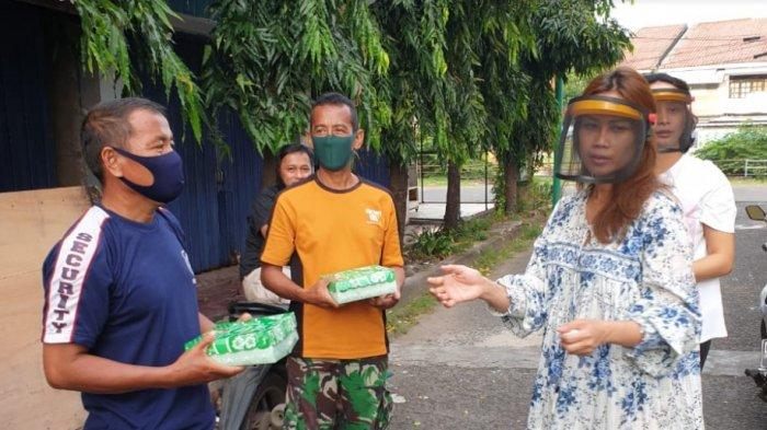 Ketua KPPG Sulsel Masak dan Bagikan Sendiri Takjil dan Nasi Kotak Untuk Sekuriti dan Pengemudi Ojol