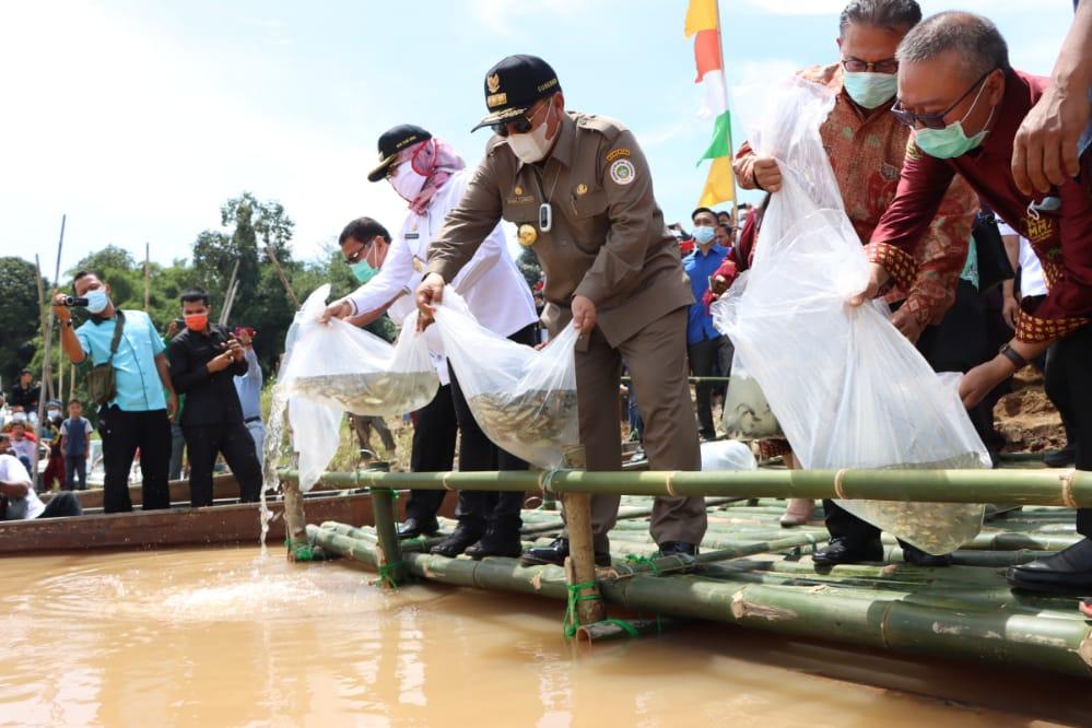 Bersama Hanan A Razak dan Bupati Winarti, Gubernur Arinal Djunaidi Tebar Benih Ikan di Tulangbawang