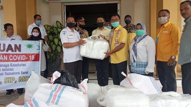 Khairunas Pimpin Golkar Sumbar Bagikan Ratusan APD Untuk 6 Puskesmas di Solok Selatan