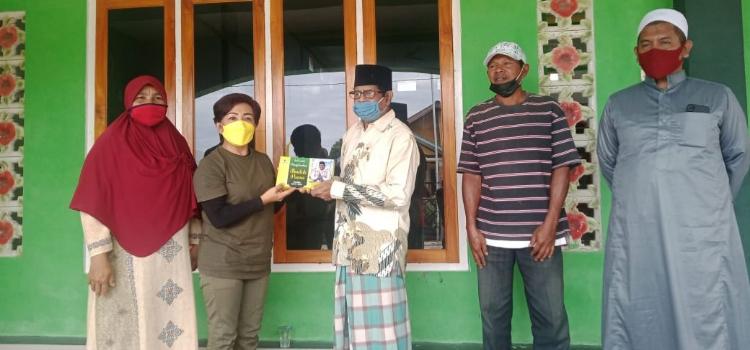Wakil Ketua DPRD Manggarai, Simprosa Gandut Bagikan Ratusan Sarung Untuk Umat Islam Kota Borong