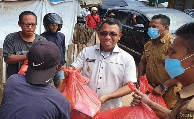 Ramli Umasugi Bagikan Ratusan Sembako Untuk Kader Golkar Pulau Buru di 10 Kecamatan