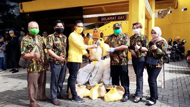 Troy Satria Kerahkan Kader AMPG Kalsel Bagikan 2.250 Paket Sembako di Banjarmasin