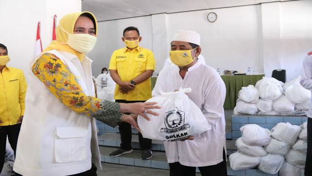Riana Sari Pimpin IIPG Lampung Bagikan 500 Paket Sembako di Pringsewu