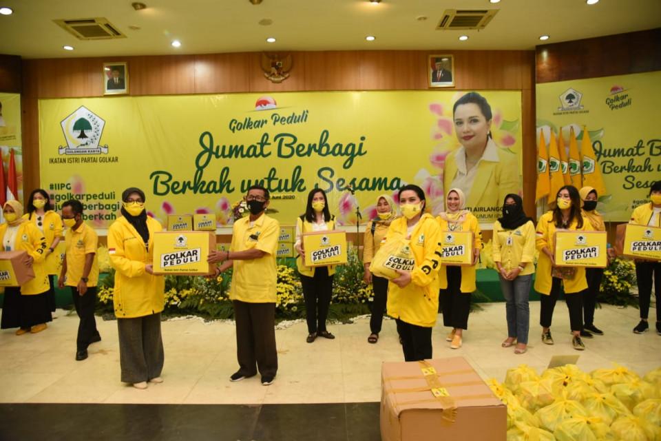 Jumat Berbagi, IIPG Salurkan 1000 Paket Sembako dan Makanan Siap Saji