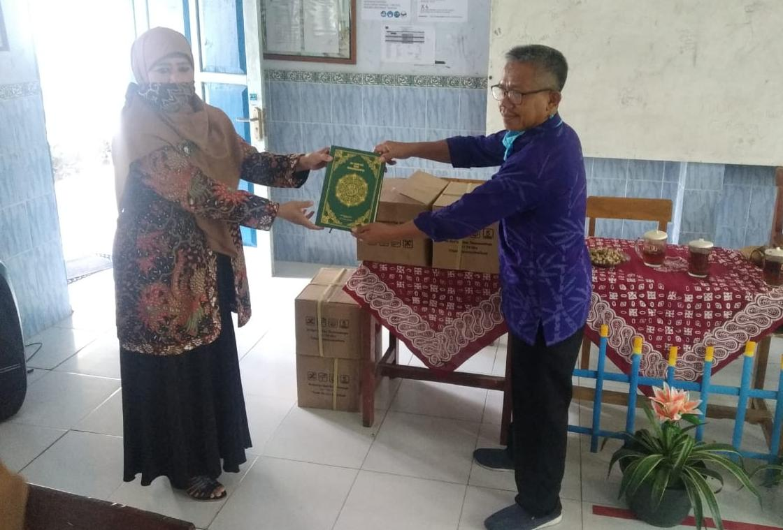 Kunjungi MTs Sudirman Pracimantoro, Endang Maria Astuti Serahkan Sejumlah Alqur'an
