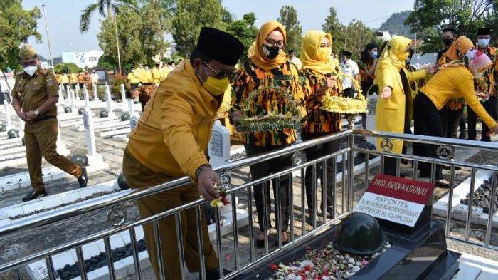 HUT Ke-56, Arinal Djunaidi Pimpin Kader Golkar Lampung Ziarah ke Taman Makam Pahlawan Kedaton