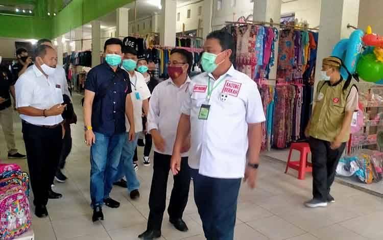 Blusukan Keluar Masuk Pasar dan Desa di Gunung Mas, Cawagub Kalteng Edy Pratowo Disambut Meriah