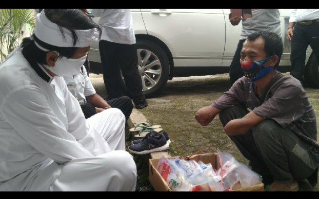 Salut Perjuangannya, Dedi Mulyadi Borong Masker Yang Dijual Penyandang Disabilitas