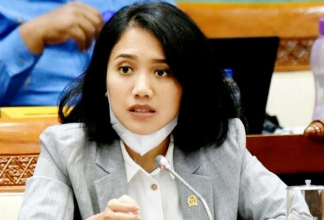 Puteri Komarudin Gandeng Bank Mandiri Salurkan Bantuan Rp.49 Juta Renovasi Masjid di Bekasi