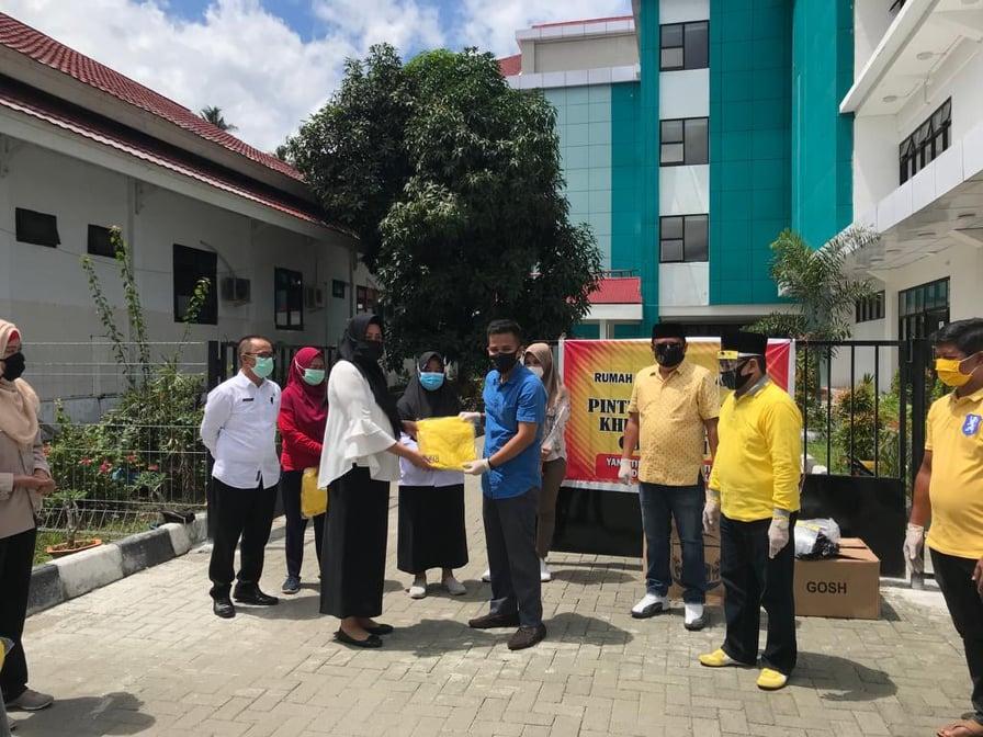 Wakili Tetty Paruntu, Djelantik Mokodompit Serahkan Bantuan APD Ke RSUD Kotamobagu