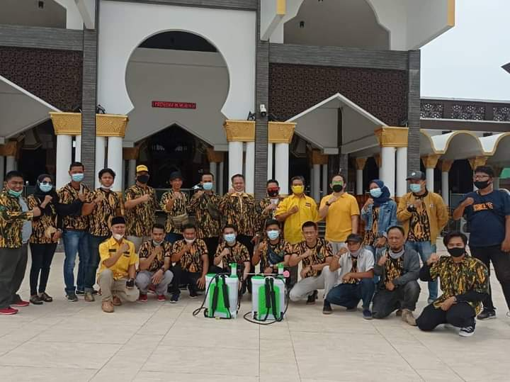 HUT Ke-19, Amiril Fauzan Pimpin AMPG Bengkulu Semprot Disinfektasi Sekolah dan Masjid