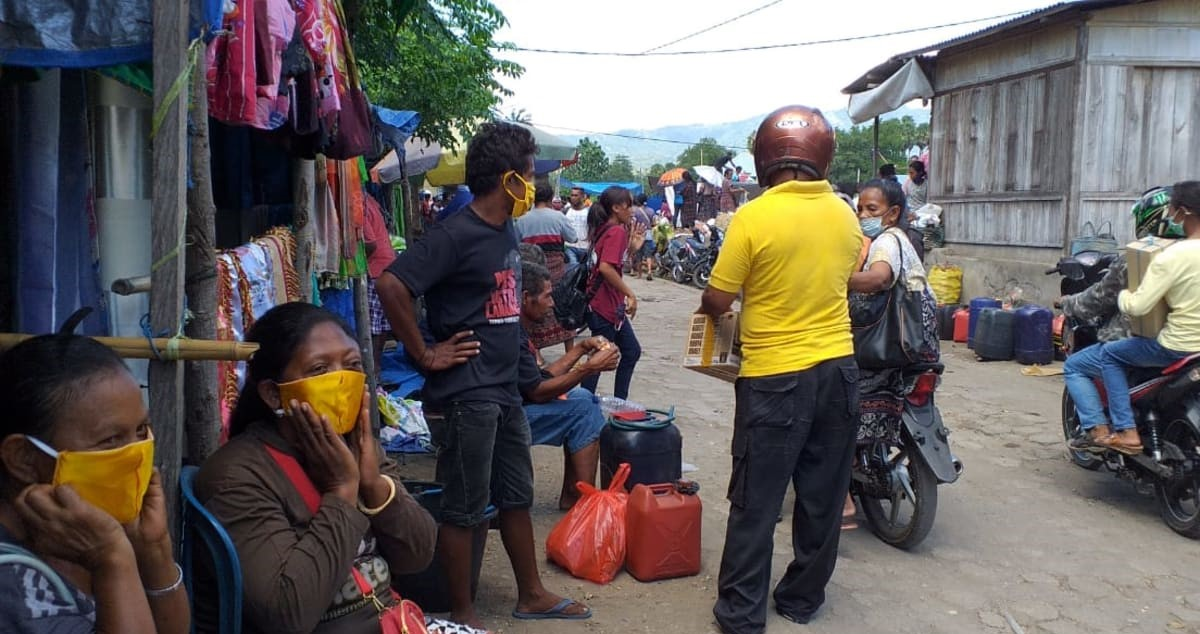 Golkar Sikka Bagikan 1000 Masker Kain di Pasar Alok dan Pasar Wairkoja