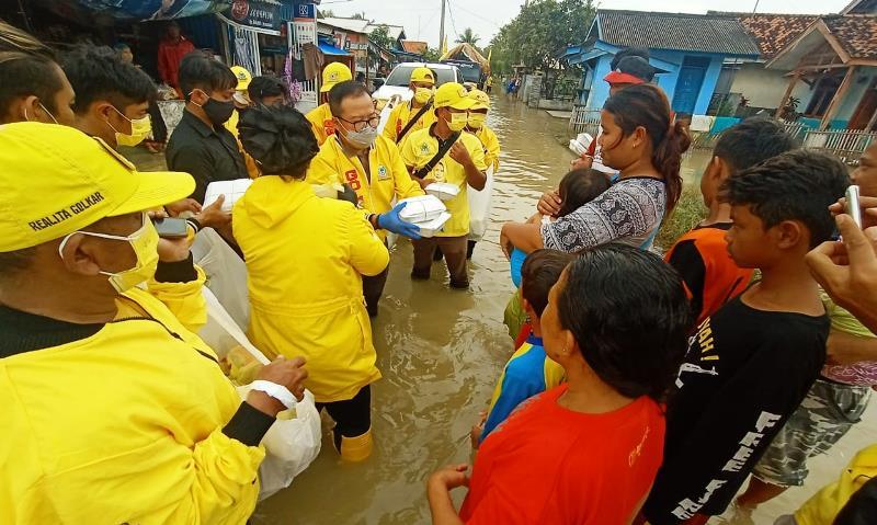 Golkar Jawa Barat Salurkan Bantuan Sembako Bagi Warga Korban Banjir di Desa Patimban Subang