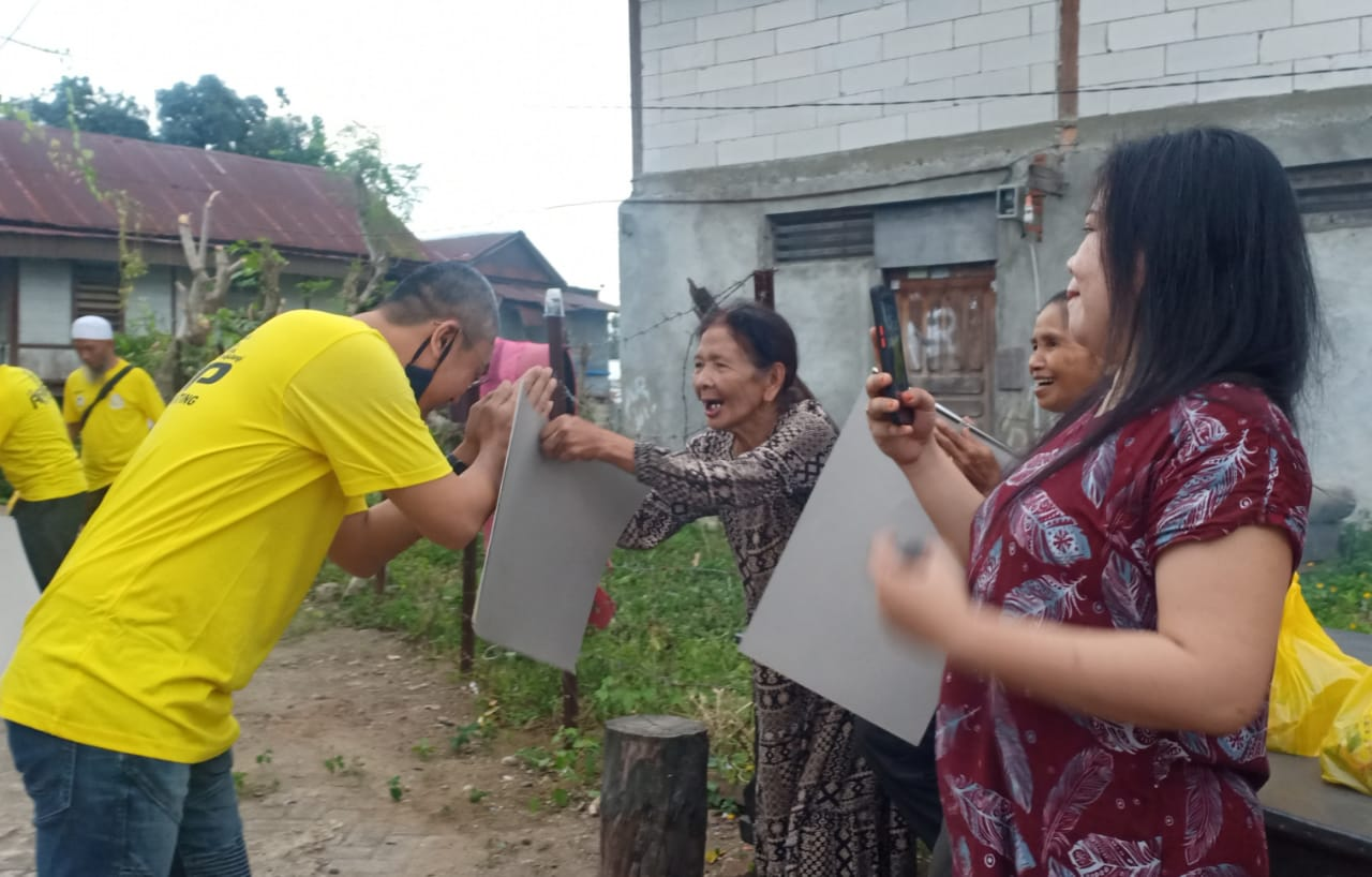 Blusukan di Labempa dan Bukaka, Andi Rio Idris Padjalangi Ingatkan Prokes dan Bagi-Bagi Paket Cinta