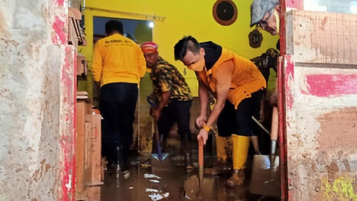 Puluhan Relawan Golkar Probolinggo Turun Tangan Bersihkan Lumpur Sisa Banjir Dringu