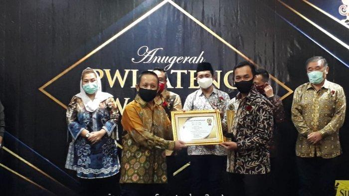 Bupati Batang Wihaji Dianugerahi PWI Jateng Award Bidang Birokrasi Pemerintahan dan Pelayanan Publik