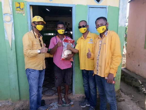 Golkar Kota Tual Bagikan Sembako dan Masker Untuk Janda dan Yatim Piatu