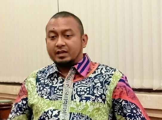 Wahid Yusuf Serahkan 10 Galon Hand Sanitizer dan Ratusan Masker Untuk Warga Pahandut