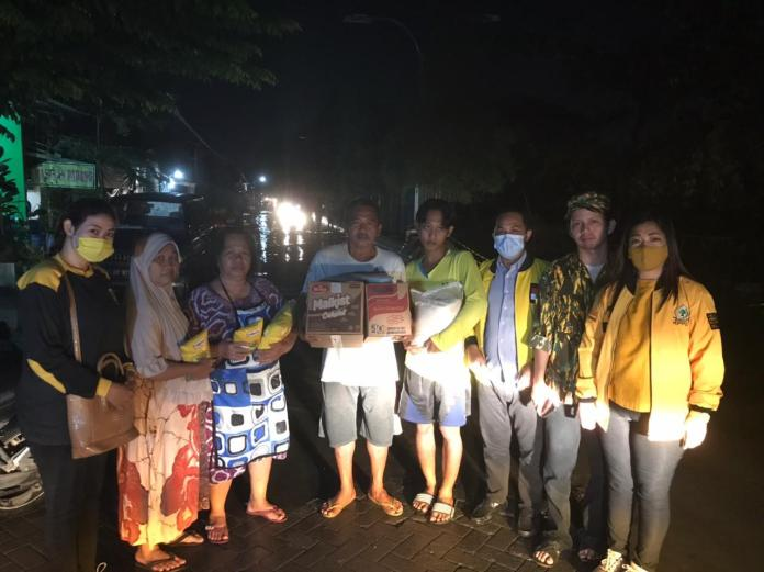 Erry Sadewo Beserta Jajaran Golkar Kota Semarang Bagikan Sembako Untuk Masyarakat Korban Banjir