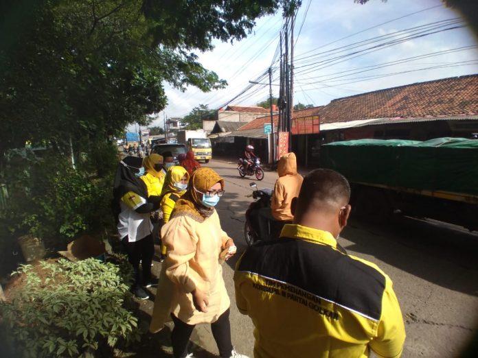 Ade Puspita Sari Pimpin Aksi Sosial Golkar Kota Bekasi Bagikan Nasi Kotak dan Masker ke Pengguna Jalan