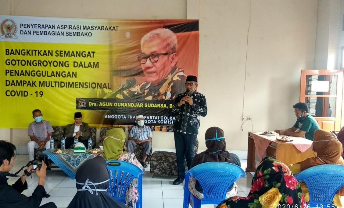 Agun Gunandjar Sudarsa Salurkan Paket Sembako ke Warga Panoongan Ciamis Terdampak COVID-19