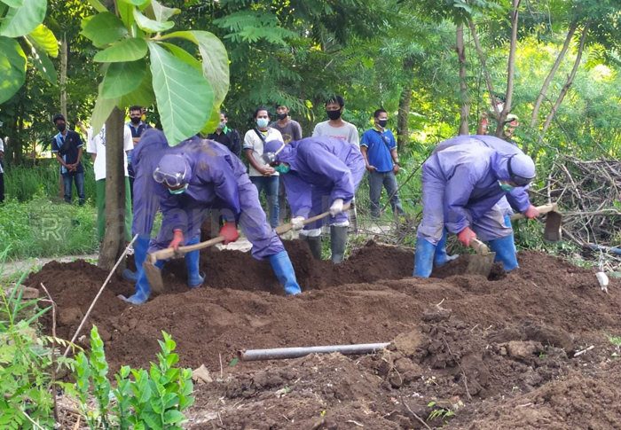 Keren! Anggota DPRD Kota Pekalongan Ini Jadi Relawan Pemakaman Jenazah Pasien COVID-19