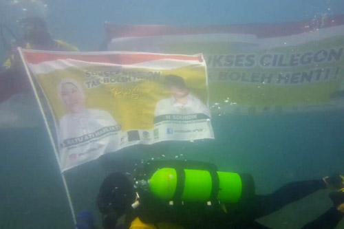 Poster Ratu Ati Marliati-Sokhidin Berkibar di Bawah Laut Perairan Banten
