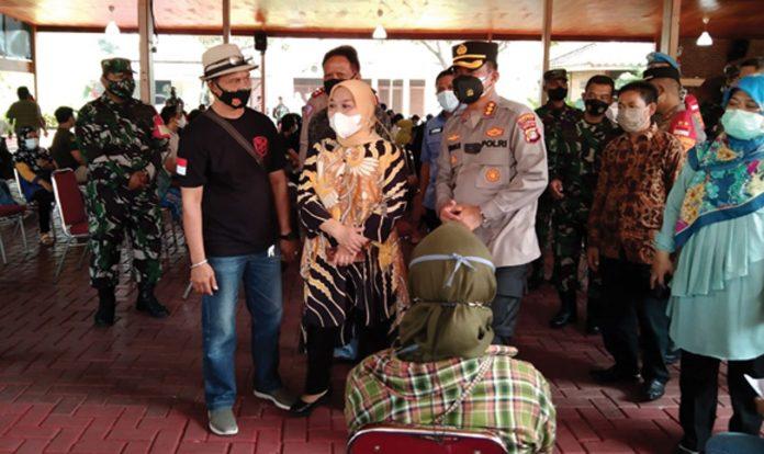 600 Warga Mekarjaya Ikut Vaksinasi COVID-19 Di Rumah Ketua Fraksi Golkar DPRD Kota Depok, Juanah Sarmili