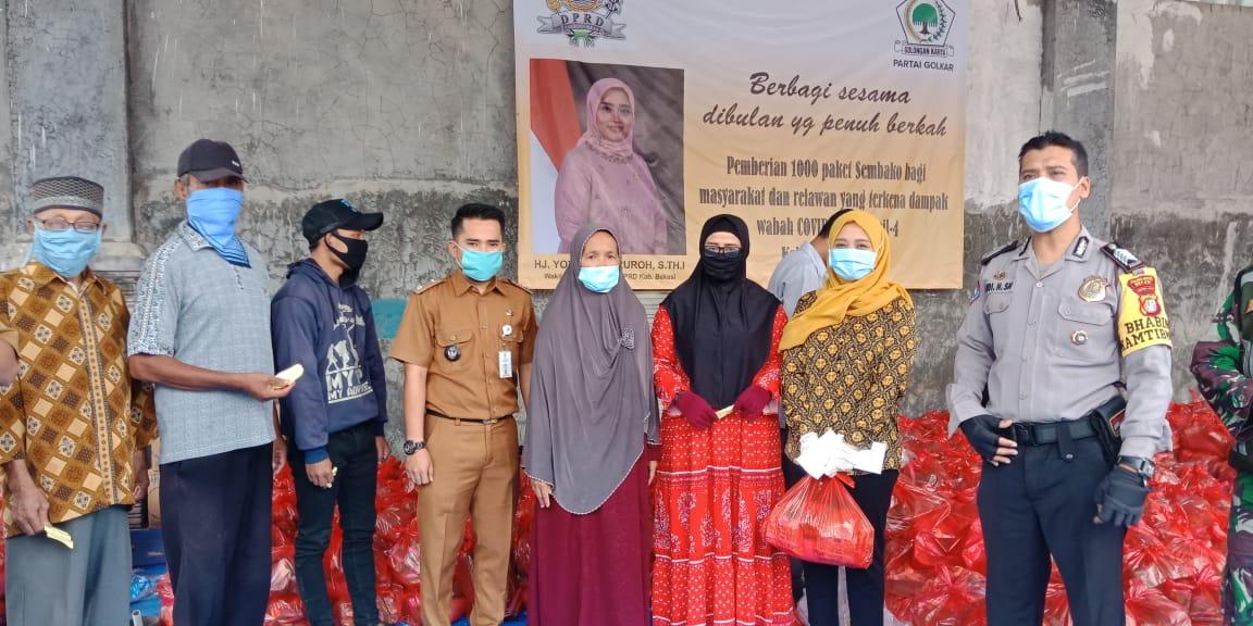 Yoyoh Masruroh Bagikan Ribuan Paket Sembako Untuk Warga Terdampak COVID-19 di Desa Setia Asih
