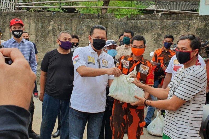 Bamsoet dan Dimaz Soesatyo Bagikan Ratusan Paket Sembako di Cikini dan Cilincing