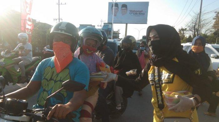 Srikandi Golkar Kutai Timur Bagikan 500 Takjil dan 1000 Masker di Simpang Pendidikan