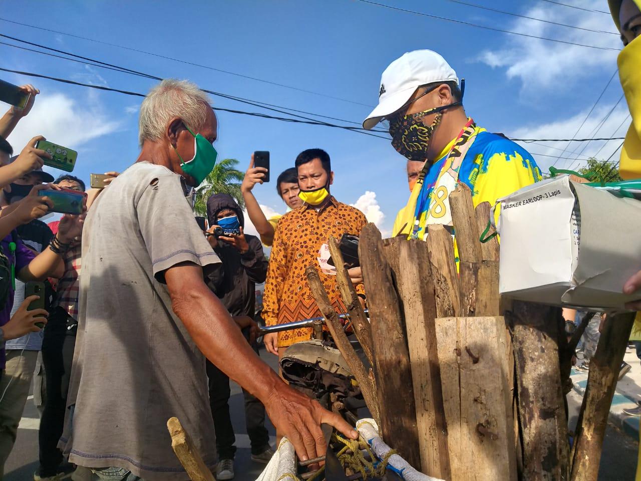 Rohidin Mersyah Pimpin Golkar Bengkulu Bagikan Takjil dan Masker di Simpang 4 Padang Harapan