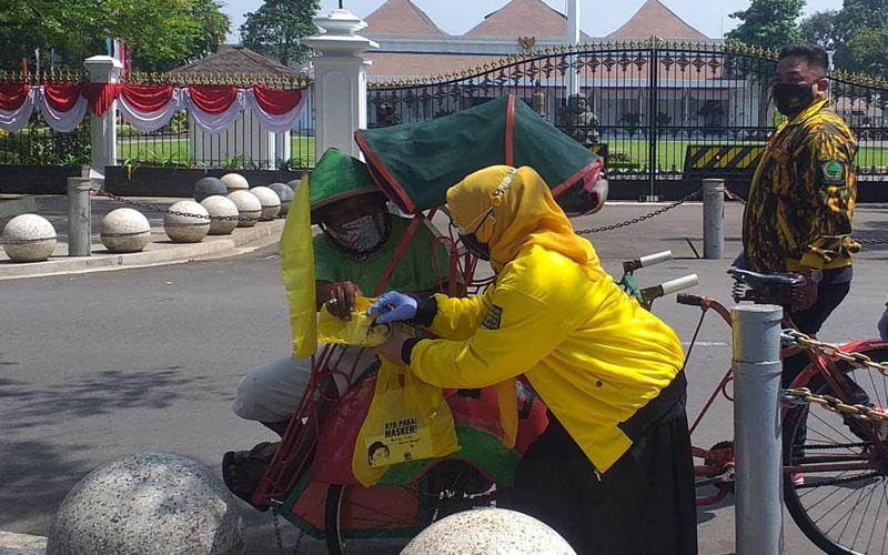 Kader Golkar DIY Bagikan 3.000 Paket Sembako Untuk Tukang Becak dan PKL di Malioboro