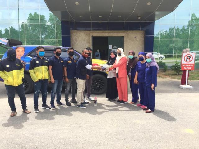 Radhan Algindo Pimpin AMPI Sultra Bagikan APD Untuk RS dan Puskesmas Kota Kendari