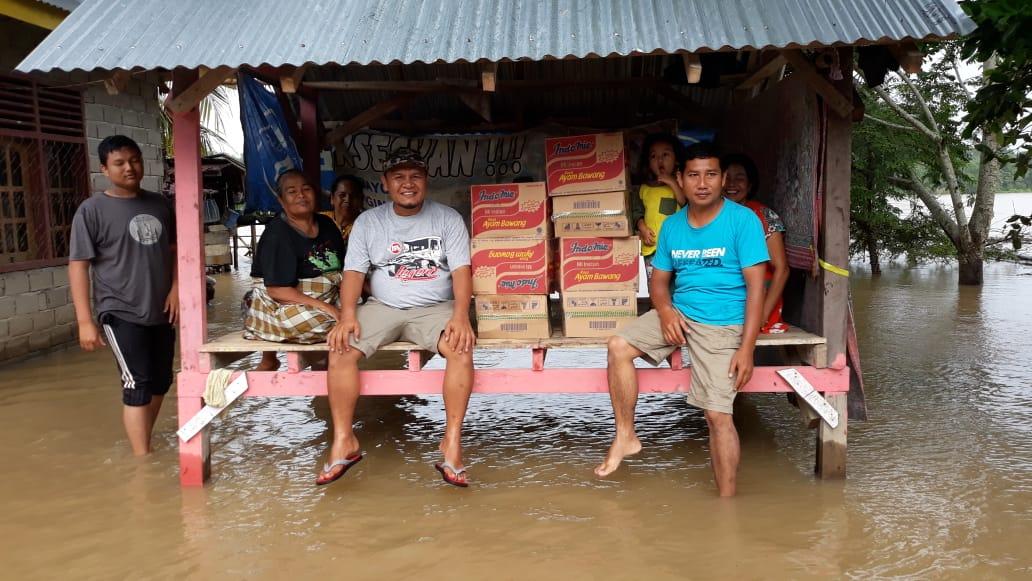 Pangean Banjir, Anggota DPRD Kuansing Ini Salurkan Ratusan Kotak Mie Instan
