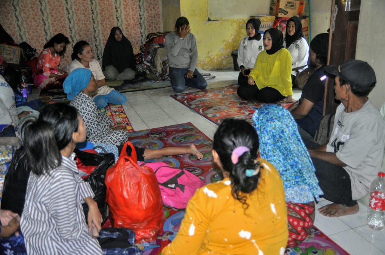 Adde Rosi Pimpin KPPG Salurkan Bantuan Bagi Pengungsi Korban Banjir di Cipanas Lebak