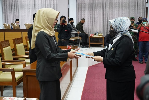 Dilantik Jadi Anggota DPRD Garut, Milla Meliana Lanjutkan Sisa Jabatan Dendi Hidayat