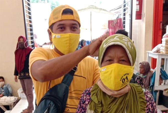 Bagikan Masker, Kader Golkar dan Relawan ASRI Blusukan Keluar Masuk Pasar Tradisional Blora